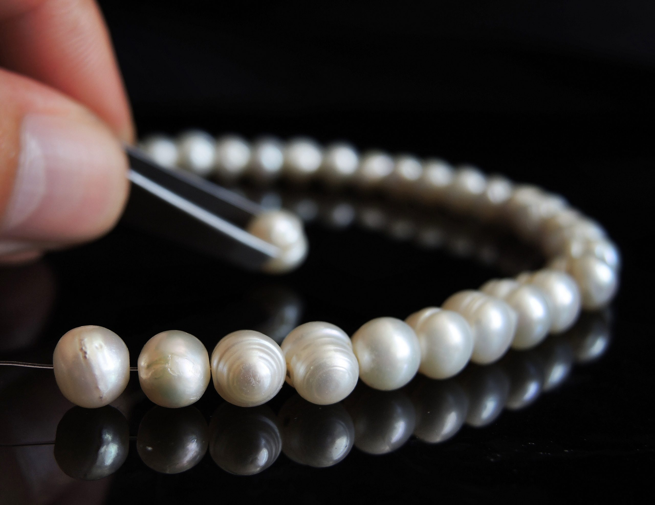 Stringing a pearl necklace